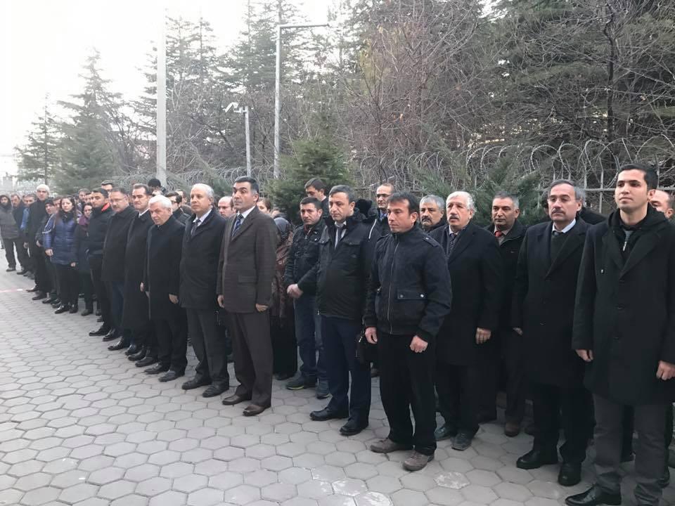 Eskişehir Tapu Kadastro Bölge Müdürlüğü önünde bu sabah bir araya gelen kurum çalışanları, İstanbul'daki terör saldırısını kınayıp şehitleri rahmetle andı.