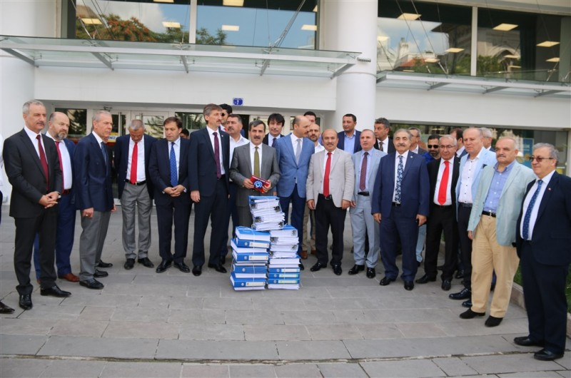 Sözleşmeli personelin kadroya geçirilmesine yönelik olarak başlattığımız imza kampanyası çerçevesinde toplanan dilekçeleri Başbakanlığa gönderdik.